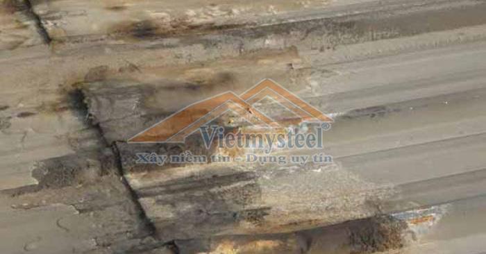 Chống dột mái tôn bị hở hoặc thủng ở nơi tiếp giáp.